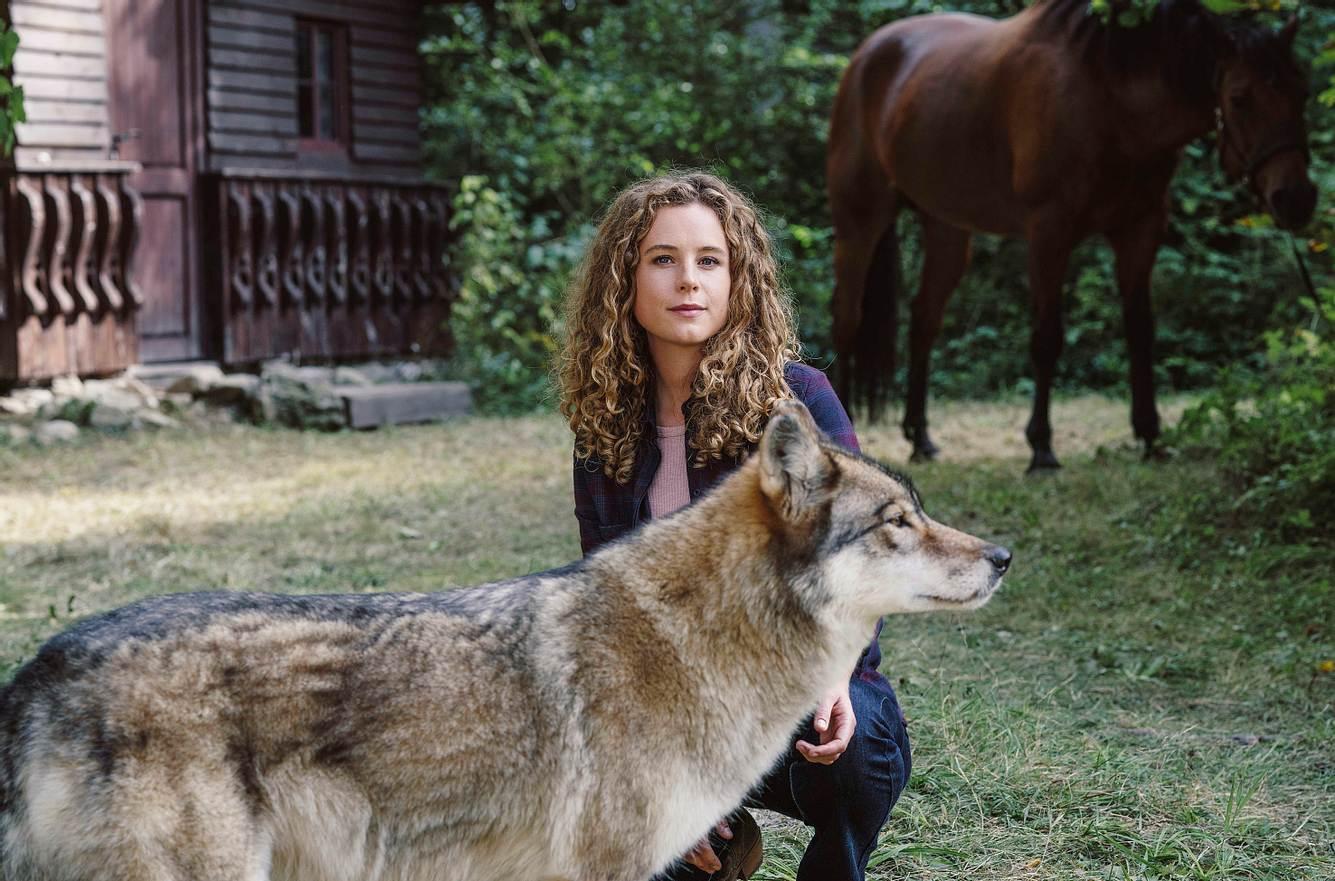 Rike Wildenstein (Klara Deutschmann) mit Pferd und Wolf.
