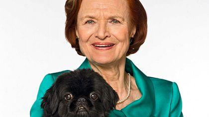 Brigitte Antonius und Hund Pinky. - Foto: ARD / Thorsten Jander