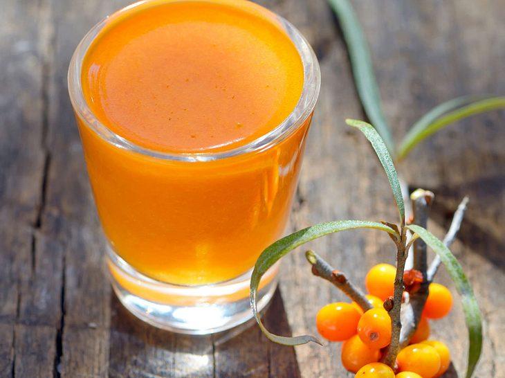 Zu den sieben Alltagsritualen, die das Immunsystem stärken, gehört auch Sanddornsaft als Vitamin-C-Lieferant.