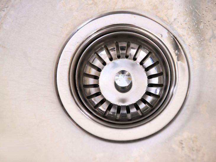 Insbesondere in der Spüle kommt es häufig vor, dass der Abfluss stinkt.