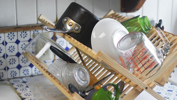 Abtropfgestell mit Geschirr - Foto: iStock/amandagrand