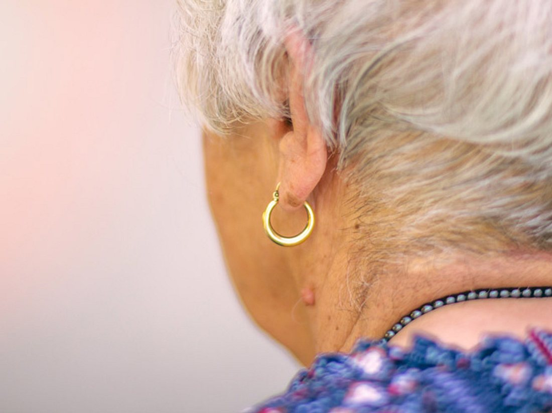 94-Jährige posiert in jungen Klamotten.
