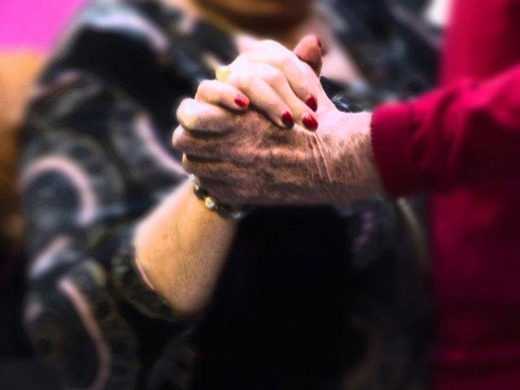 Ein älteres Paar tanzt in einem Einkaufszentrum