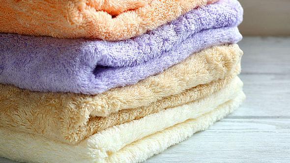 Im Laufe der Jahre sammeln sich in einem Haushalt viele alte, gebrauchte Handtücher an. - Foto: Olha_Afanasieva / iStock