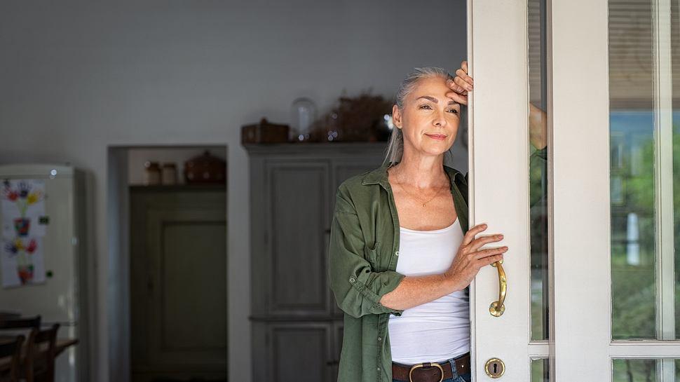 Frau lehnt an der Tür