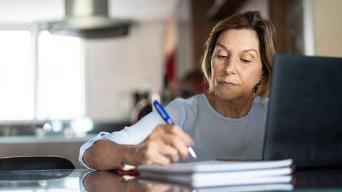 Mit dem Modell der Altersteilzeit ist ein langsamer oder vorzeitiger Übergang in den Ruhestand möglich. - Foto: FG Trade / iStock