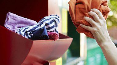Altkleider spenden oder verkaufen? So können Sie wirklich helfen - Foto: Daisy-Daisy / iStock