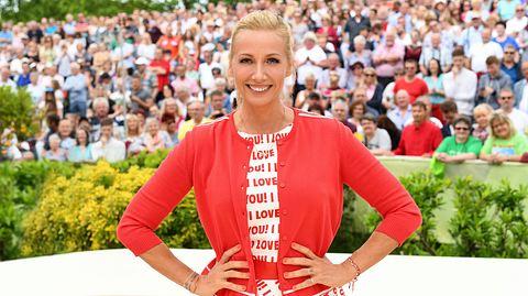 Andrea Kiewel im Fernsehgarten - Foto: ZDF / Sascha Baumann