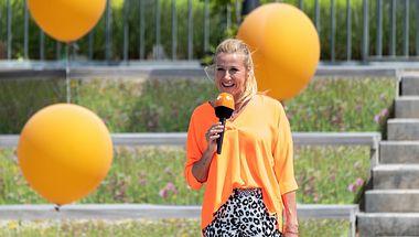 Als Moderatorin des ZDF-Fernsehgartens begeistert Andrea Kiewel ein breites Publikum.  - Foto: ZDF / Sascha Baumann