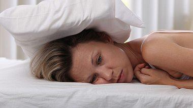 Simpler Trick gegen die Angst vor dem Einschlafen  - Foto: ChesiireCat / iStock