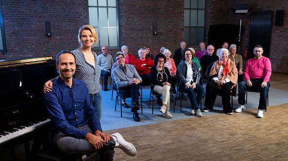Annette Frier, Chorleiter Eddi Hüneke und die Projektteilnehmer.  - Foto: ZDF / Jan Rothstein