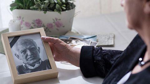 Habe ich Anspruch auf Witwenrente? - Foto: KatarzynaBialasiewicz / iStock