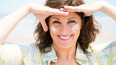 Frau mit junger Haut dank Anti Aging Produkten
