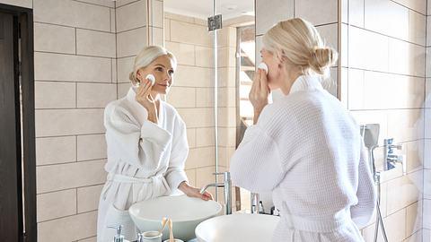 Frau pflegt sich mit Anti-Aging-Produkte - Foto: iStock/insta_photos