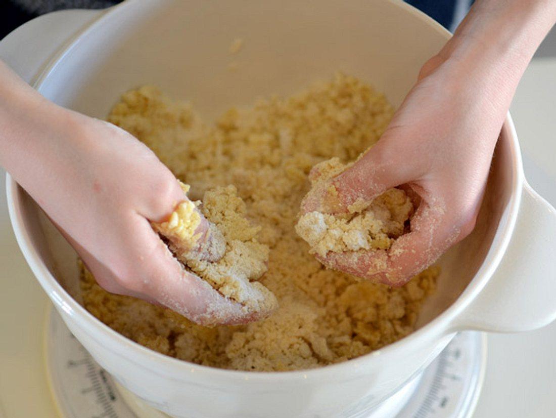 Beim Backen eines Apfel-Streuselkuchen.