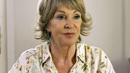 Uta Schorn ist seit 1993 als Tante Inge die gute Seele der ARD-Serie Familie Dr. Kleist - Foto: ARD/Volker Roloff