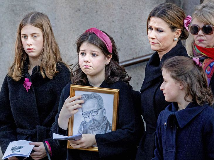 Ari Behns Familie zeigte bei der Trauerfeier ihren Schmerz.