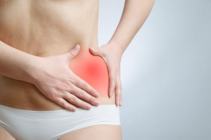 Schmerzen in der Hüfte könnten auf eine Hüftgelenksarthrose hindeuten.