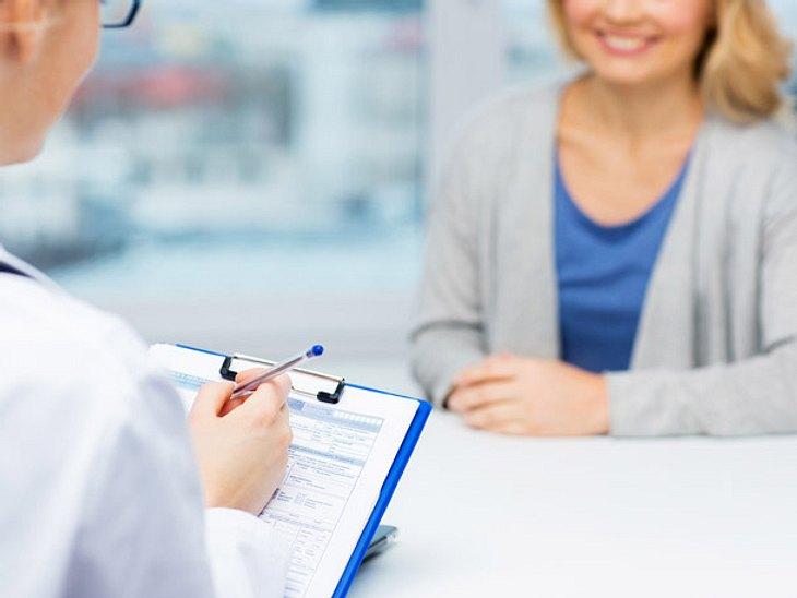 Arzt spricht mit Krebspatient