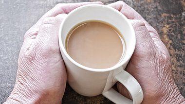 Aufgeschobener Kaffee: An kalten Tagen Menschen eine Freude bereiten.  - Foto: RyersonClark / iStock