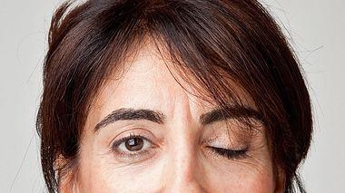 Ein ständiges Augenzucken kann auf einen Hemispasmus facialis hindeuten. - Foto: ozgurdonmaz / iStock