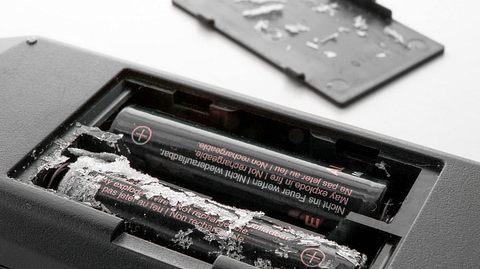 Batteriefach reinigen