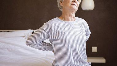 Wir erklären die  7 häufigsten Auslöser für Rückenprobleme. - Foto: gpointstudio / iStock