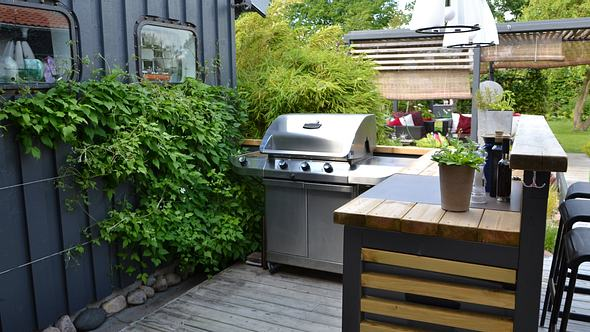 Eine Außenküche auf einem Balkon. - Foto: iStock/ Eirasophie