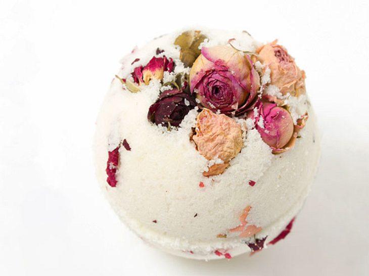 Selbst gemachte Badekugeln können mit Blüten hübsch verziert werden.