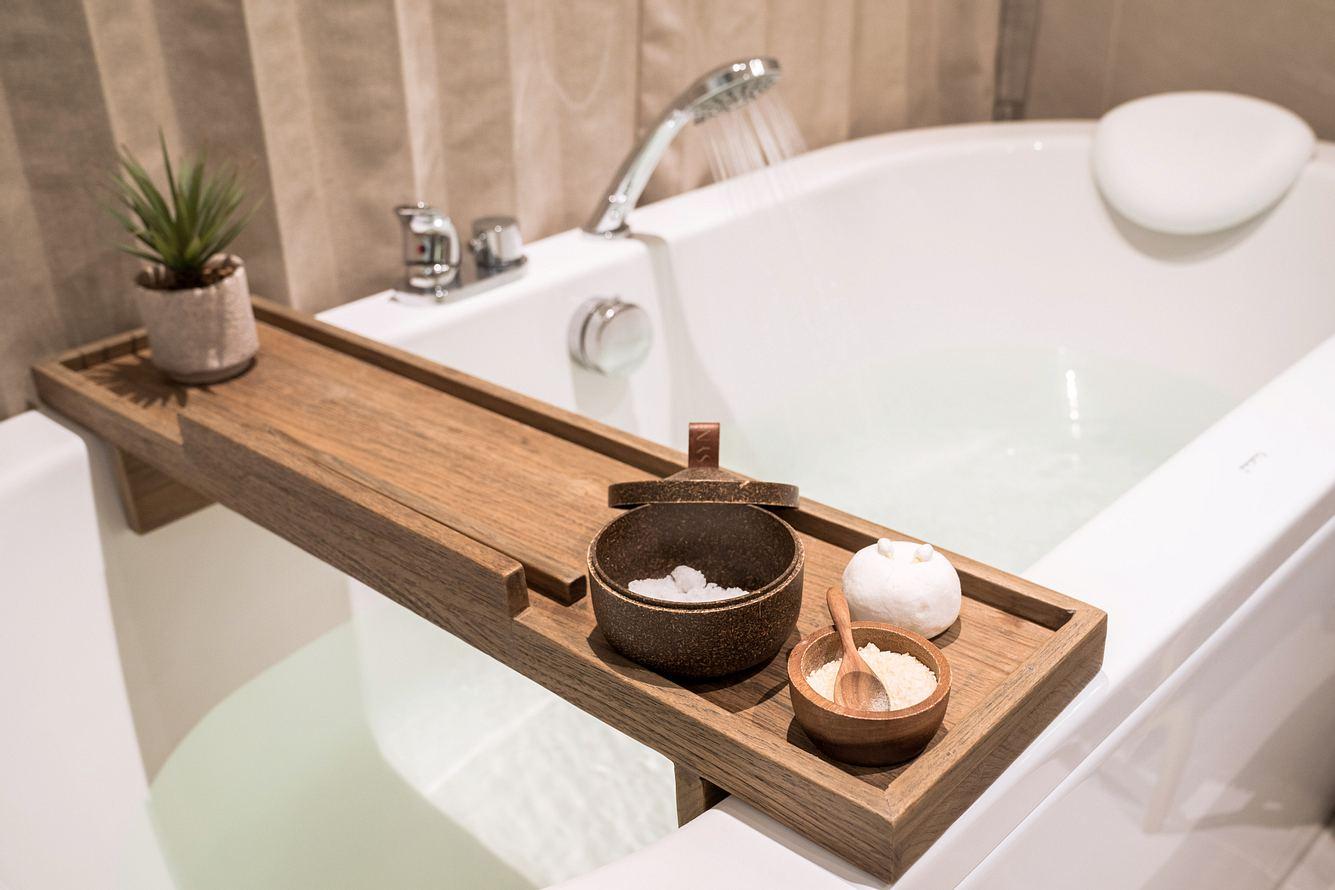 Badewannenablage aus Holz auf gefüllter Badewanne