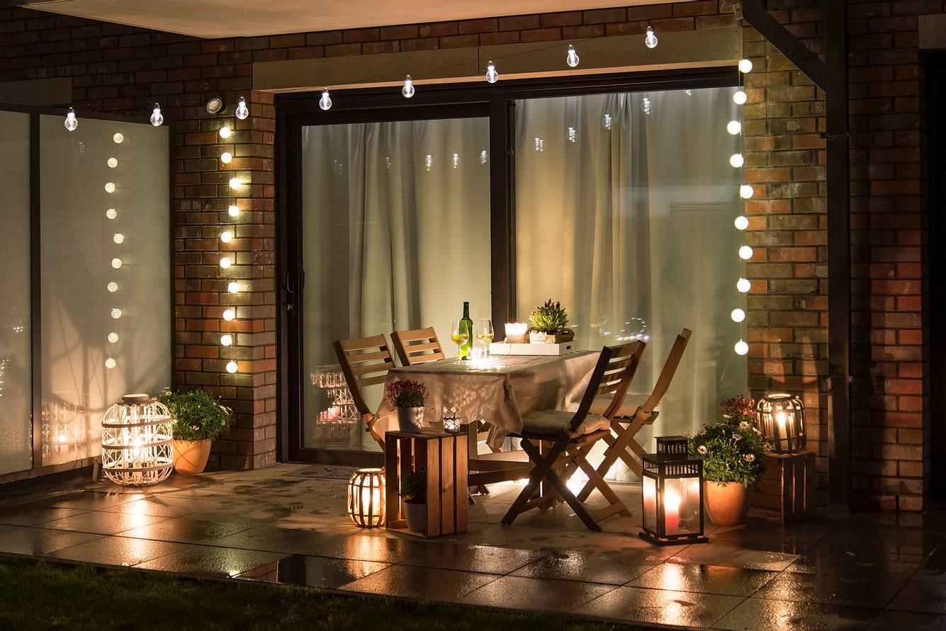 Balkon mit gemütlicher Balkonbeleuchtung.