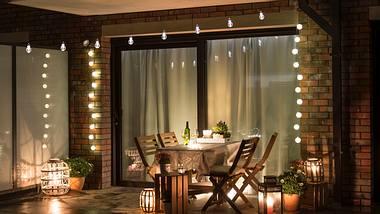 Balkon mit gemütlicher Balkonbeleuchtung. - Foto: iStock/ Jakub Mazur
