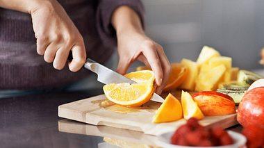 Bei einer Basenkur kommt viel Obst und Gemüse auf den Tisch.  - Foto: kupicoo / iStock