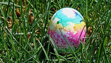 Batik-Eier färben mit Küchenpapier - Foto: ftwitty / iStock