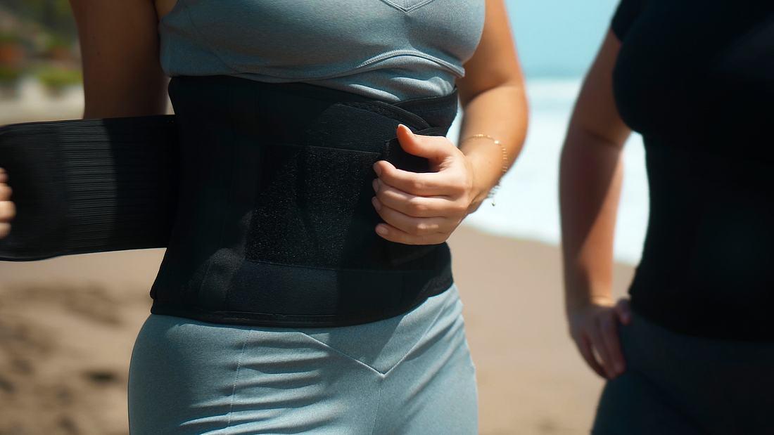 Bauchweggürtel an einer Frau