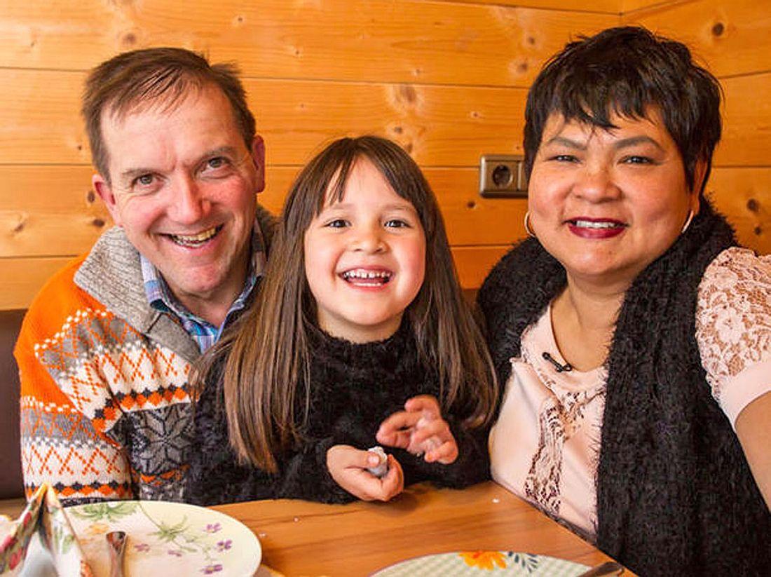 Die gemeinsame Tochter ist ein großes Glück für die Bauer-sucht-Frau-Teilnehmer Josef und Narumol.