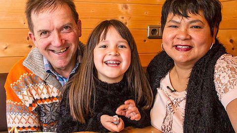 Die gemeinsame Tochter ist ein großes Glück für die Bauer-sucht-Frau-Teilnehmer Josef und Narumol. - Foto: RTL / Chris Hirschhäuser