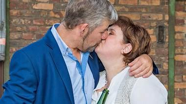 Uwe und Iris, bekannt aus Bauer sucht Frau, zeigen öffentlich, wie sehr sie sich lieben. - Foto: MG RTL D / Bernd-Michael Maurer