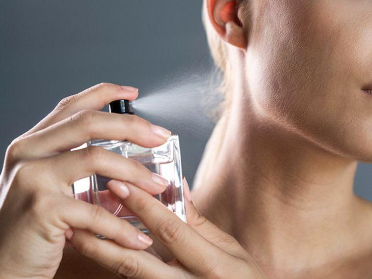 Um angenehm zu duften, greifen wir regelmäßig zu Parfüm - doch das Wässerchen ist ziemlich teuer. Wie Sie es auftragen sollten, damit Sie länger etwas davon haben.