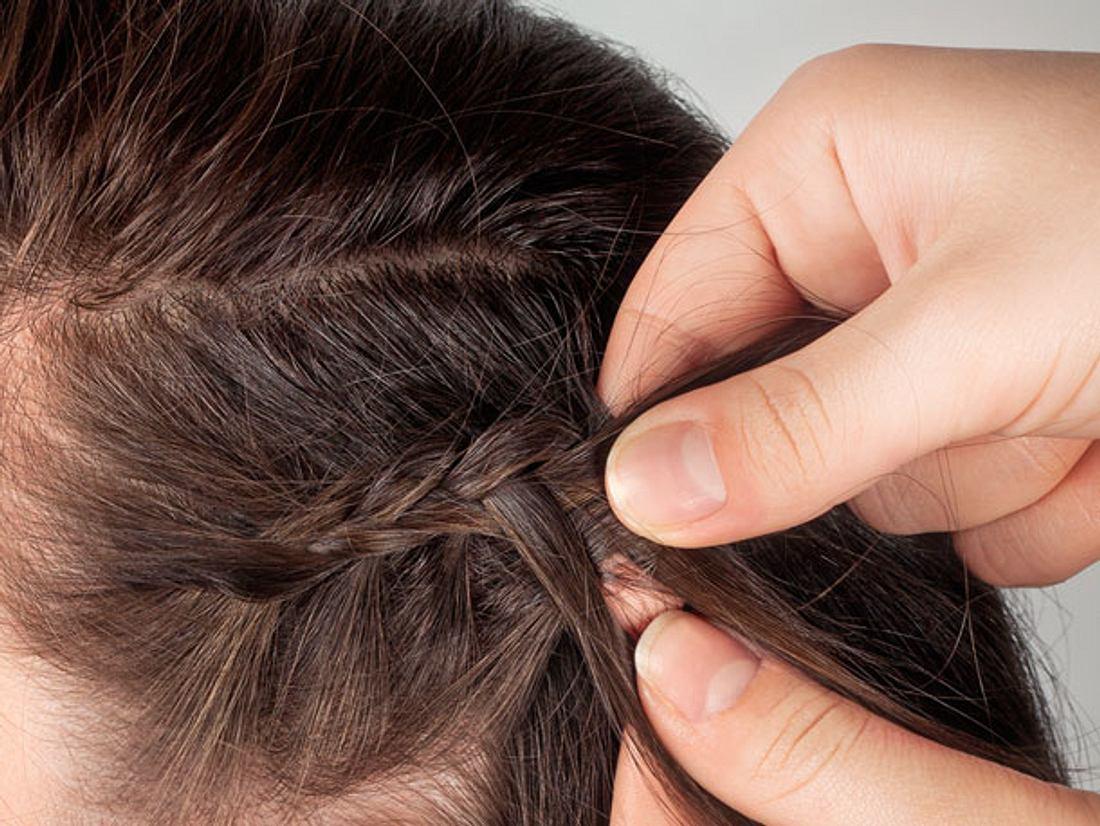 Nicht nur lange, sondern auch kurze Haare lassen sich zu schönen Zöpfchen flechten.