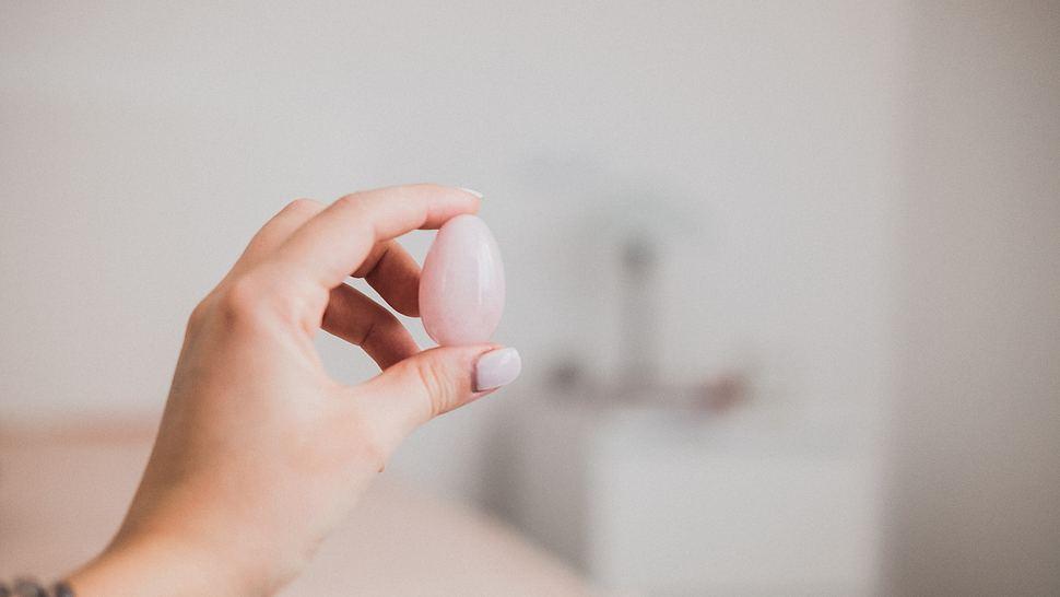 Yoni-Ei für Beckenboden-Training - Foto: iStock/JulyProkopiv