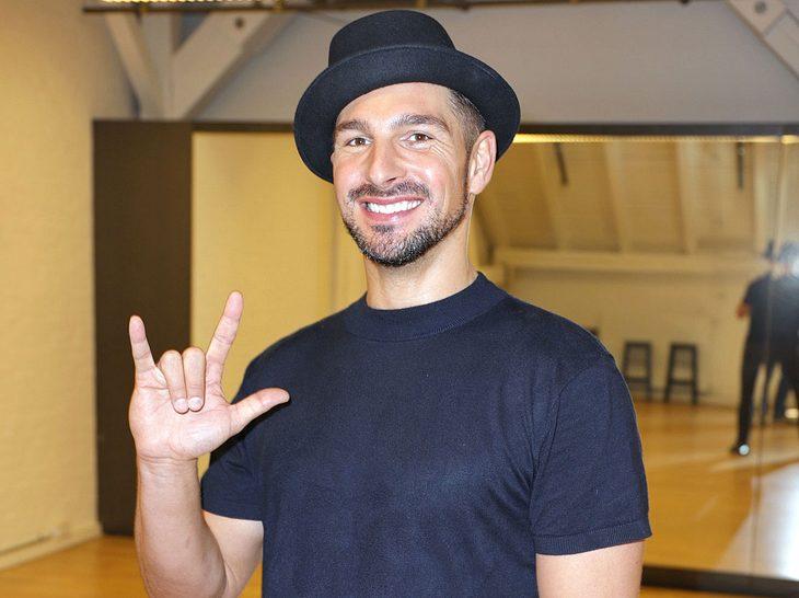 """Benjamin Piwko sagt seinen Fans in Gebärdensprache """"ich liebe euch""""."""