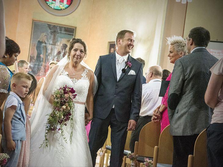 Benny und Nadine bei der kirchlichen Hochzeit