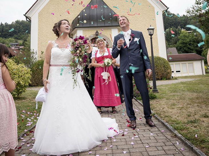 Das Brautpaar wird nach der Trauung von ihren Liebsten empfangen.