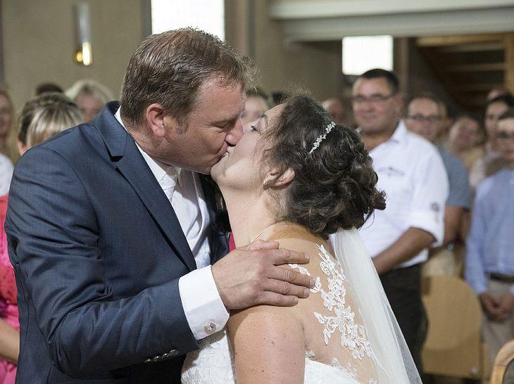 So schön war Benny und Nadines Hochzeitskuss.