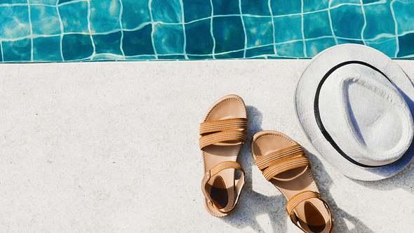 Bequeme Sandalen am Pool  - Foto: iStock/Natalia Lavrenkova