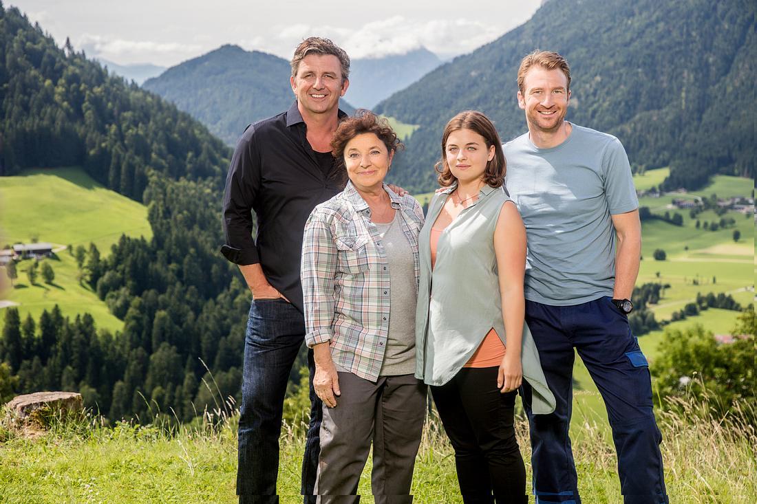 Die 'Bergdoktor'-Familie: Martin Gruber (Hans Sigl), Lisbeth Gruber (Monika Baumgartner), Lilli Gruber (Ronja Forcher) und Hans Gruber (Heiko Ruprecht)
