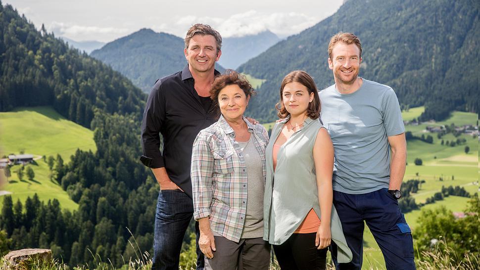 Die Bergdoktor-Familie: Martin Gruber (Hans Sigl), Lisbeth Gruber (Monika Baumgartner), Lilli Gruber (Ronja Forcher) und Hans Gruber (Heiko Ruprecht) - Foto: ZDF / Roland Defrancesco