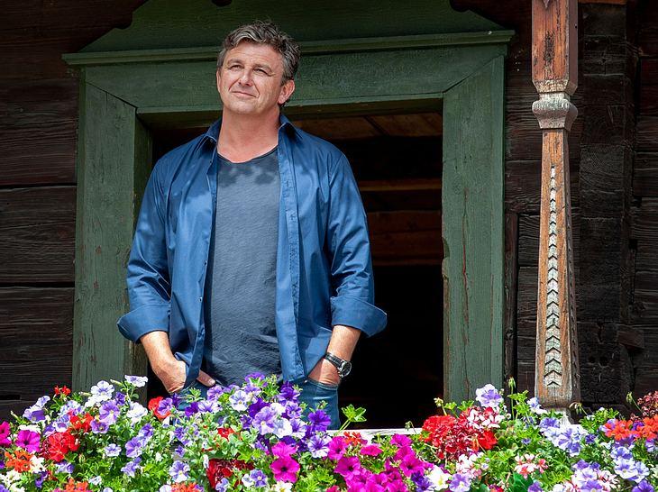 Dr. Martin Gruber (Hans Sigl) vor dem Gruberhof.