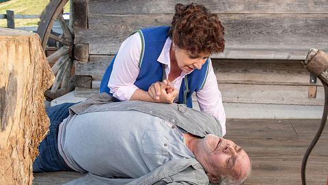 Lisbeth (Monika Baumgartner) findet Onkel Ludwig ( Christian Kohlund) bewusstlos in einer Szene der 12. Bergdoktor-Staffel auf. - Foto: ZDF / Stefanie Leo